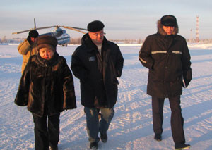 (справа налево) В. Иванов, В. Очеретный, руководитель отдела территориального развития, экологии и природопользования горадминистрации Г. Фащенко после облета