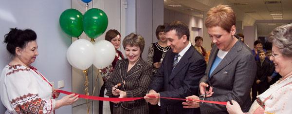 (справа налево) М. Истиховская, И. Леонов и Е. Копаева в момент разрезания ленты перед входом в библиотеку