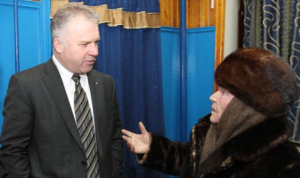 П. Оборонков внимательно слушает жительницу Мутного Материка