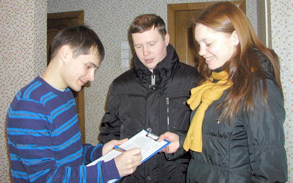 А. Бакулин (в центре) и С. Сметанина собирают подписи