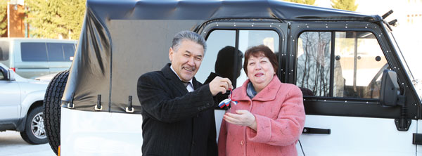 А. Тян вручает ключи от машины Н. Веселовской