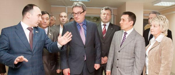 (слева направо на переднем плане) Илья Семяшкин, Вячеслав Гайзер, Игорь Леонов и Марина Павлова осматривают помещение