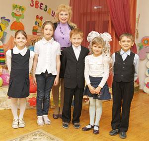 юные звездочки из прогимназии со своим педагогом О. Филипповой