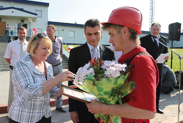 Т. Полякова вручает награду Т. Шабунину, крайний справа – В. Фучижи