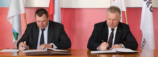 П. Оборонков (справа) и А. Поздеев во время подписания соглашения о социальном партнерстве
