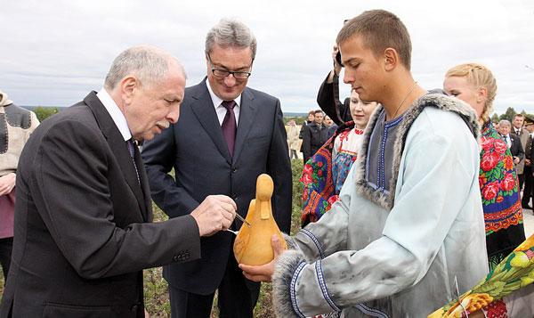И. Клебанов и В. Гайзер угощаются суром