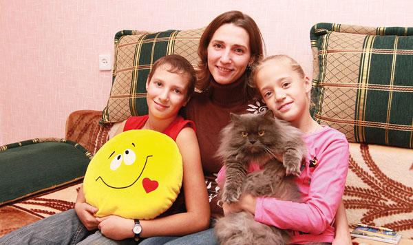 Н. Гильманова с детьми и котом Персиком