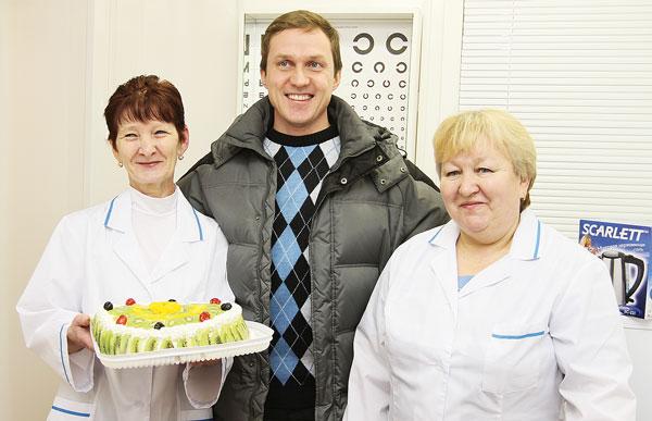 (слева направо) Н. Чупрова, Ю. Лодыгин и О. Павлова в помещении ФАПа