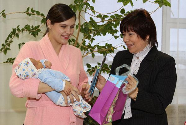 Т. Николаева вручает подарки одной из новоиспеченных мамочек