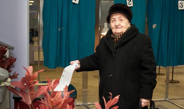 голосует Е. Сафиуллина
