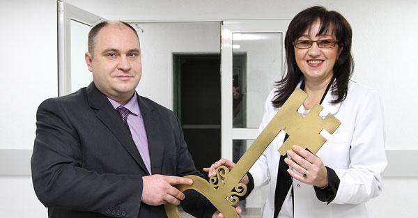 В. Литвинов передает ключ А. Халиловой