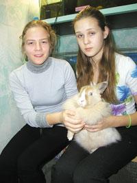 Н. Куликова и О. Яковлева с крольчихой