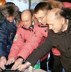 (слева направо) В. Шумейко, И. Федоров, И. Кошин, В. Пехтин включают автоматический аппарат для сварки