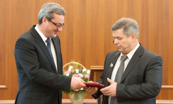 В. Гайзер награждает Олега Калинина