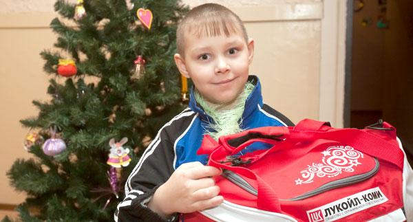 воспитанник нижнеодесского детского дома с лукойловским подарком