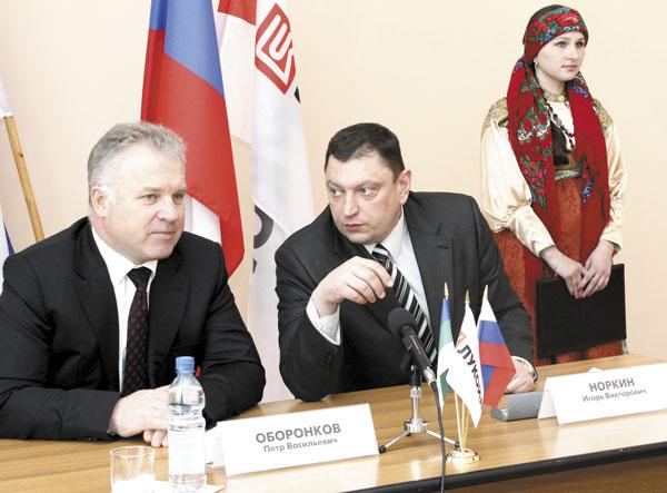 П. Оборонков (слева) и И. Норкин во время подписания