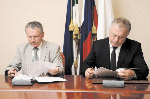 П. Оборонков (справа) и И. Бобков во время подписания Соглашения