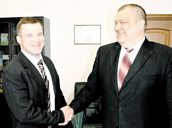 В. Ледков (слева) и директор ТПП «ЛУКОЙЛ-Севернефтегаз» ООО «ЛУКОЙЛ-Коми» А. Болсун скрепляют рукопожатием договоренность о сотрудничестве