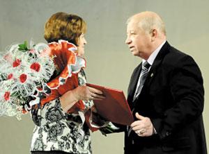 В. Ковалевский и директор Национальной библиотеки Республики Коми О. Мифтахова