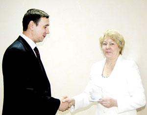 Л. Гаврилова вручает депутатский мандат А. Белых