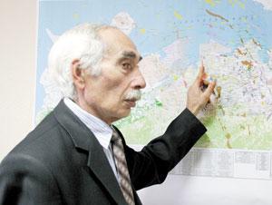 Н. Рагимов у обзорной карты лицензионных участков