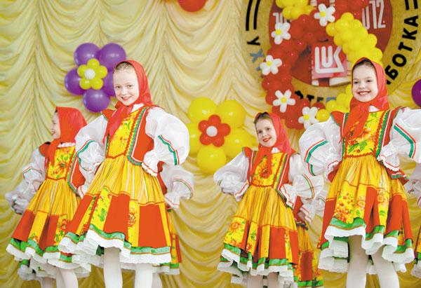 На сцене ансамбль «Морозко»