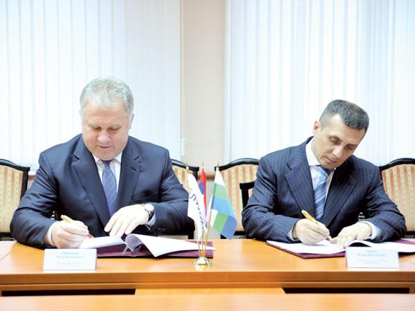 П. Оборонков (слева) и И. Леонов во время подписания Соглашения