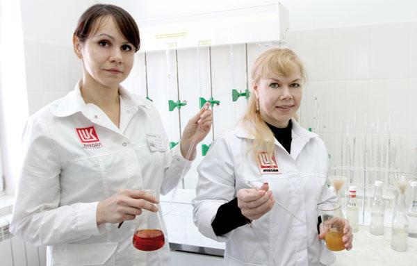 Л. Коханская (слева) и лаборант И. Смотрина