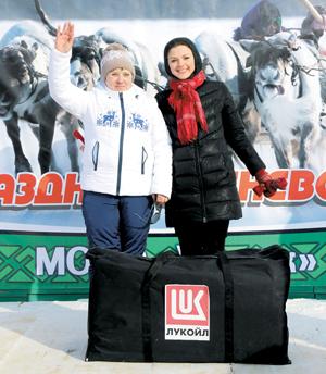 О. Артеева с призом (слева) и Е. Лясковская