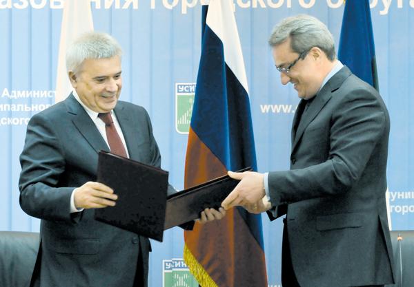 В. Гайзер (справа) и В. Алекперов на подписании соглашения