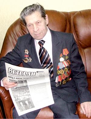 Фронтовик Василий Никитович Олейников с любимой газетой