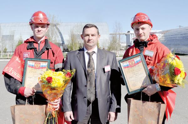 В. Коробейников со звеном победителей конкурса электромонтеров – А. Ермолаевым (слева) и А. Акининым