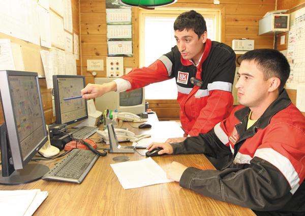 Н. Делегевурьян (слева) и оператор ТУ Эльдар Ахметов в Центральном пункте управления