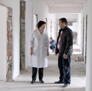 Фавзия Салахова и Валерий Ходченко осматривают помещение поликлиники, где продолжается ремонт