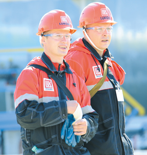 Операторы обезвоживающей и обессоливающей установки С. Соболев (слева) и В. Малюченко