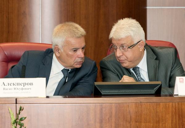 В. Алекперов (слева) и Г. Кирадиев в президиуме конференции