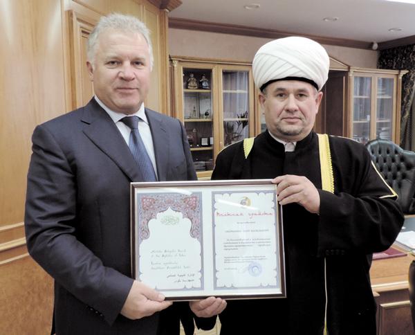Валиахмад хазрат вручает грамоту П. Оборонкову