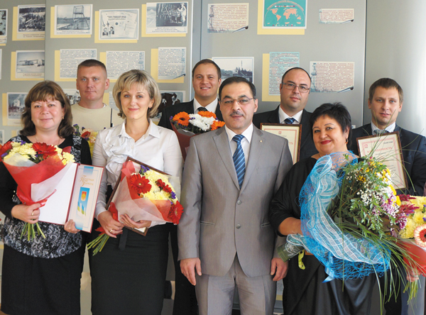 К. Бегагаев (в центре) с награжденными