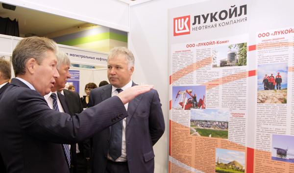 (слева направо) П. Оборонков и Р. Маганов на выставке инвестиционных проектов