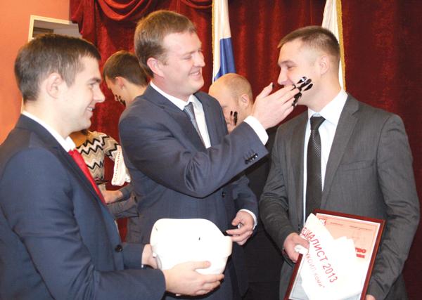 И. Шарапов проводит помазание новичков нефтью