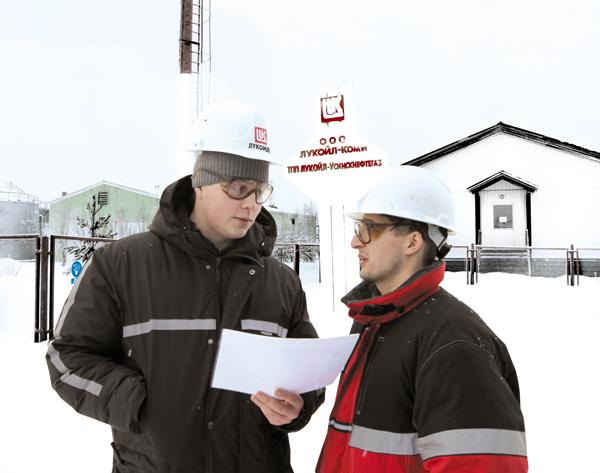 Технологи первого цеха А. Черенев (слева) и Г. Арсамаков у офиса ЦПТВ