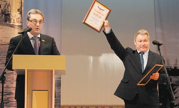 В. Гайзер вручил главе администрации МР «Печора» В. Николаеву денежный сертификат