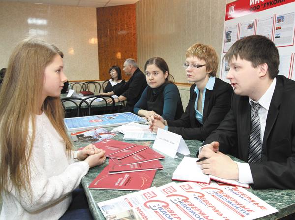 А. Кубелько и Ю. Баранова общаются с девятиклассницей Н. Поповой