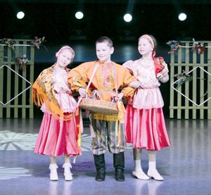 На сцене талантливые детки из Новикбожа