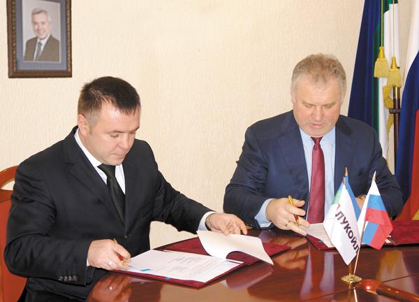 Соглашение подписывают Генеральный директор «ЛУКОЙЛ-Коми» П. Оборонков (справа) и глава Сосногорского района Д. Кирьяков