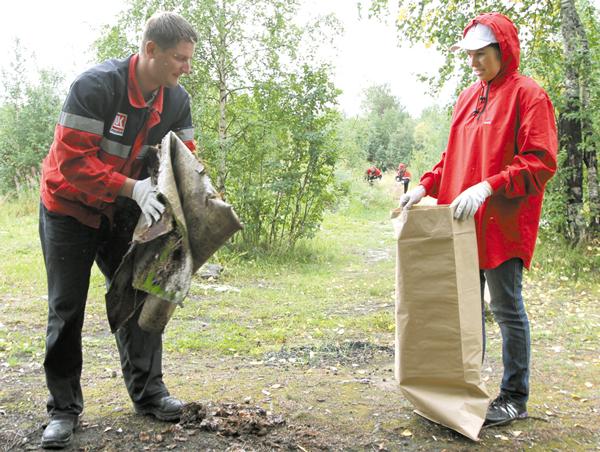 Лукойловцы во время акции «Речная лента» в 2013 году