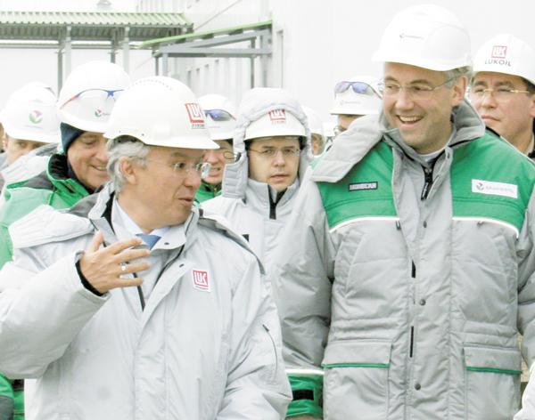А. Шамсуаров (слева) и И. Кошин на ЦПС месторождения им. Р. Требса