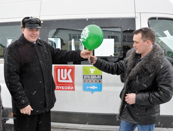 Во время передачи ключей от нового микроавтобуса