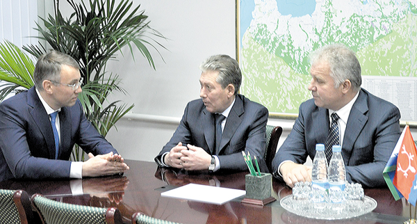 : Губернатора И. Кошина (слева) поздравили Р. Маганов и П. Оборонков