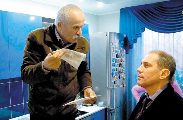 Эксперт Петр Рэйляну и Н. Кулябов осматривают вентиляцию